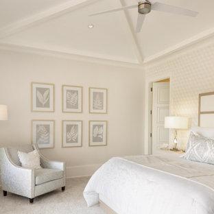 Inspiration för ett medelhavsstil huvudsovrum, med beige väggar, heltäckningsmatta och grått golv