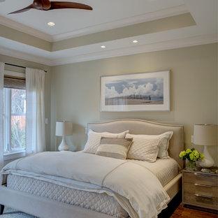 Inspiration pour une chambre parentale méditerranéenne de taille moyenne avec un mur beige, un sol en bois foncé et un sol marron.