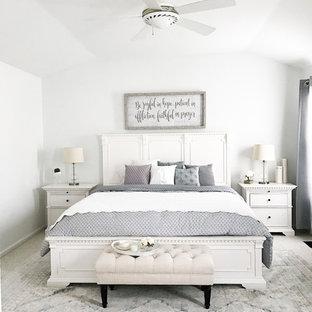 Inredning av ett shabby chic-inspirerat mellanstort sovrum, med vita väggar, heltäckningsmatta och beiget golv