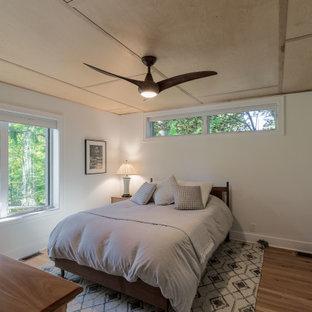 Diseño de dormitorio principal, tradicional renovado, pequeño, sin chimenea, con paredes blancas, suelo de mármol y suelo beige