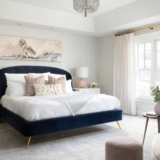 Ejemplo de dormitorio principal, moderno, grande, con paredes grises, moqueta, chimenea de doble cara y suelo gris