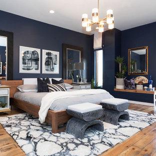 Стильный дизайн: большая хозяйская спальня в стиле модернизм с синими стенами, паркетным полом среднего тона и коричневым полом - последний тренд