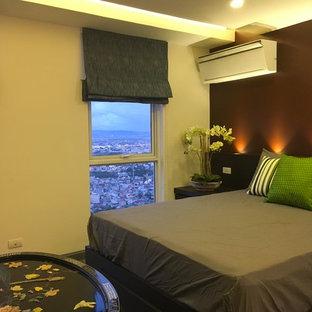 Стильный дизайн: маленькая хозяйская спальня в современном стиле с коричневыми стенами, полом из керамогранита и серым полом без камина - последний тренд