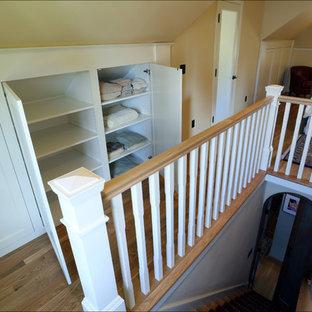 Foto de dormitorio principal, clásico, de tamaño medio, sin chimenea, con paredes amarillas y suelo de madera clara