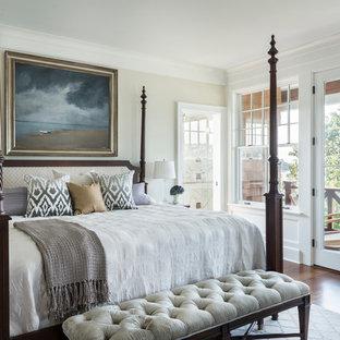Идея дизайна: спальня в викторианском стиле с бежевыми стенами и темным паркетным полом