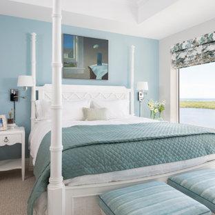 他の地域の中くらいのビーチスタイルのおしゃれな客用寝室 (青い壁、カーペット敷き、ベージュの床、折り上げ天井) のレイアウト