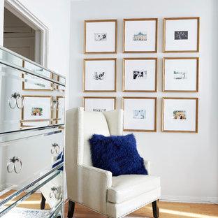 Modelo de dormitorio clásico renovado con paredes grises y suelo de madera clara