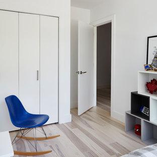 Modelo de dormitorio principal, minimalista, pequeño, con paredes blancas, suelo de madera clara y suelo multicolor