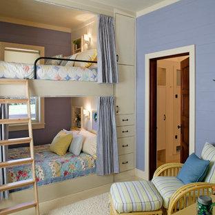 На фото: гостевая спальня в классическом стиле с фиолетовыми стенами и ковровым покрытием без камина с