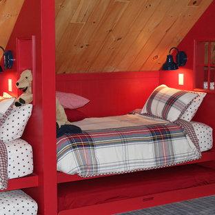 Idée de décoration pour une très grand chambre chalet avec un mur beige, aucune cheminée et un sol gris.