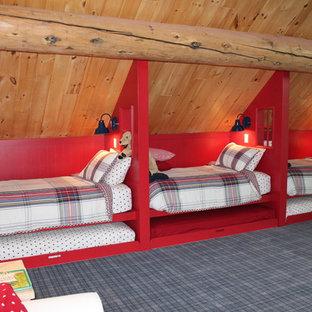 Rustik inredning av ett mycket stort gästrum, med beige väggar, heltäckningsmatta och grått golv