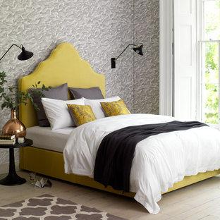Ejemplo de dormitorio principal, tropical, de tamaño medio, con paredes grises