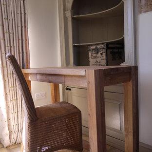Idee per una camera degli ospiti country di medie dimensioni con pareti beige e pavimento in mattoni