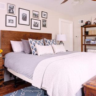 Aménagement d'une chambre parentale classique avec un mur beige et un sol en bois foncé.