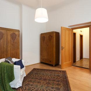 Свежая идея для дизайна: гостевая спальня среднего размера в классическом стиле с белыми стенами и полом из фанеры без камина - отличное фото интерьера