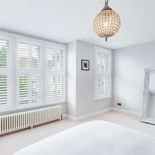 Ispirazione per una camera matrimoniale moderna di medie dimensioni con pareti bianche, moquette e pavimento giallo