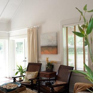 Foto di una camera da letto tropicale di medie dimensioni con pareti bianche e pavimento in laminato