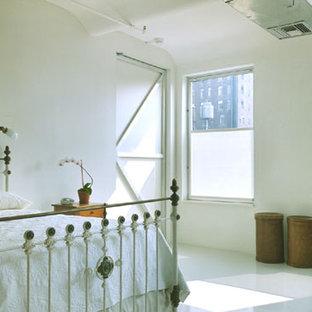 Diseño de dormitorio principal, romántico, de tamaño medio, sin chimenea, con paredes blancas, suelo de cemento y suelo blanco