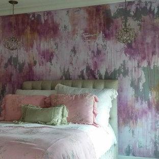 Idee per un'ampia camera matrimoniale bohémian con moquette, nessun camino e pareti multicolore