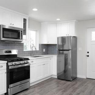 Diseño de dormitorio tipo loft, moderno, de tamaño medio, sin chimenea, con paredes blancas, suelo vinílico y suelo gris