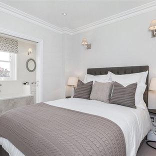 Foto de dormitorio principal, tradicional renovado, con paredes grises y moqueta