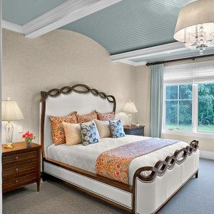Foto de dormitorio principal, de estilo de casa de campo, con paredes beige, moqueta y suelo azul