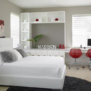 Esempio di una camera da letto contemporanea con pareti grigie, nessun camino e pavimento in marmo