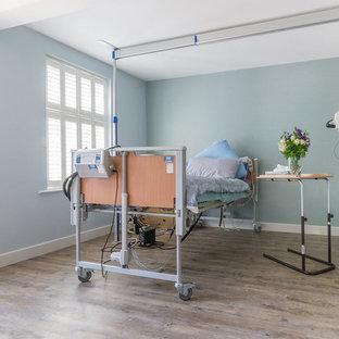 Imagen de dormitorio tradicional renovado, de tamaño medio, con suelo vinílico