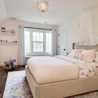 Imagen de dormitorio clásico, pequeño, con paredes rosas, suelo de madera oscura y suelo marrón