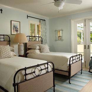 Idee per una camera degli ospiti stile marinaro con pareti blu e parquet chiaro
