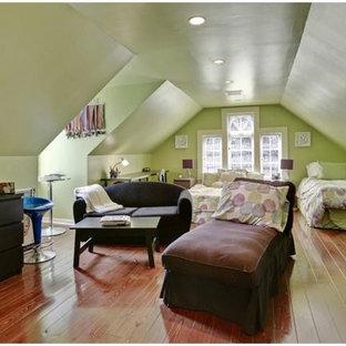 Diseño de dormitorio tipo loft, tradicional, con paredes negras y suelo de madera clara