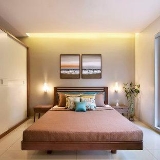 Неиссякаемый источник вдохновения для домашнего уюта: спальня среднего размера в современном стиле с полом из керамической плитки, бежевым полом и бежевыми стенами