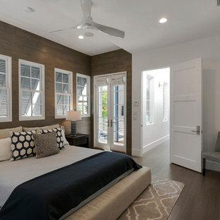 Modelo de dormitorio principal, tradicional renovado, con paredes multicolor y suelo de bambú