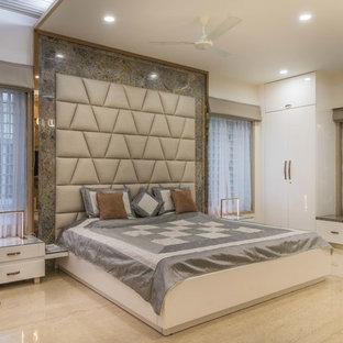 ハイデラバードのコンテンポラリースタイルのおしゃれな寝室 (白い壁、ベージュの床) のインテリア