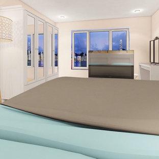 Imagen de dormitorio principal y madera, nórdico, madera, con paredes beige, suelo de bambú, suelo marrón y madera