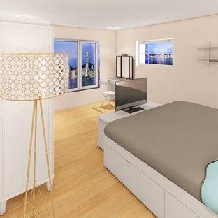 Ejemplo de dormitorio principal y madera, nórdico, madera, con paredes beige, suelo de bambú, suelo marrón y madera