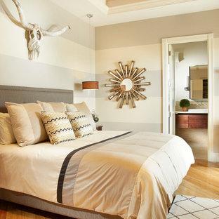 На фото: с высоким бюджетом маленькие гостевые спальни в стиле современная классика с бежевыми стенами и полом из бамбука