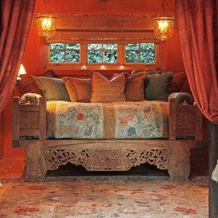 Esempio di una camera da letto mediterranea con pareti arancioni