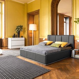 パリの中くらいのエクレクティックスタイルのおしゃれな主寝室 (黄色い壁、無垢フローリング、暖炉なし) のインテリア