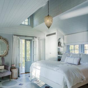 Пример оригинального дизайна: гостевая спальня в стиле кантри с белыми стенами и разноцветным полом