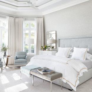 マイアミの広いトランジショナルスタイルのおしゃれな主寝室 (グレーの壁、磁器タイルの床、暖炉なし) のレイアウト