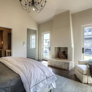 Modelo de habitación de invitados tradicional renovada, de tamaño medio, con paredes blancas, moqueta, chimenea tradicional y marco de chimenea de yeso