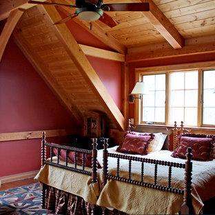 Exempel på ett mellanstort rustikt gästrum, med röda väggar och mellanmörkt trägolv