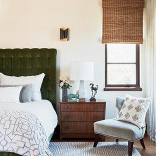 Идея дизайна: большая хозяйская спальня в средиземноморском стиле с бежевыми стенами, паркетным полом среднего тона и коричневым полом