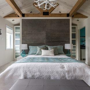 Modelo de dormitorio tipo loft, clásico renovado, grande, sin chimenea, con paredes blancas, suelo de baldosas de cerámica y suelo beige