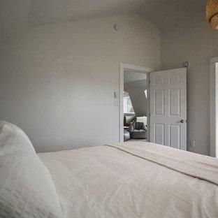 Ispirazione per una camera matrimoniale rustica di medie dimensioni con pareti bianche, pavimento in laminato e pavimento nero