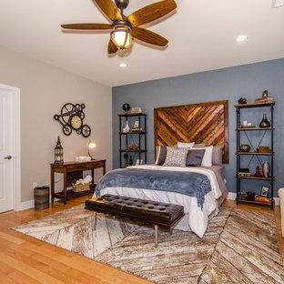 Diseño de habitación de invitados industrial, grande, sin chimenea, con paredes azules y suelo de madera clara