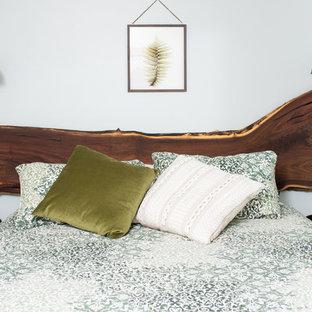Idee per una piccola camera degli ospiti rustica con pareti verdi, moquette e pavimento verde
