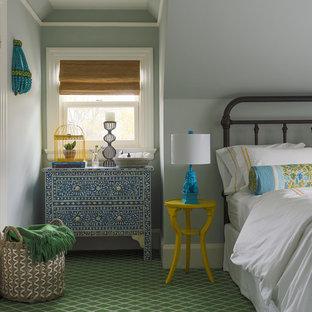 Exemple d'une chambre chic de taille moyenne avec un mur bleu et un sol vert.