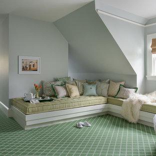 Idee per una grande camera degli ospiti classica con pareti blu, moquette e pavimento verde